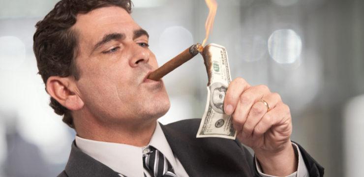 Homem queimando dinheiro