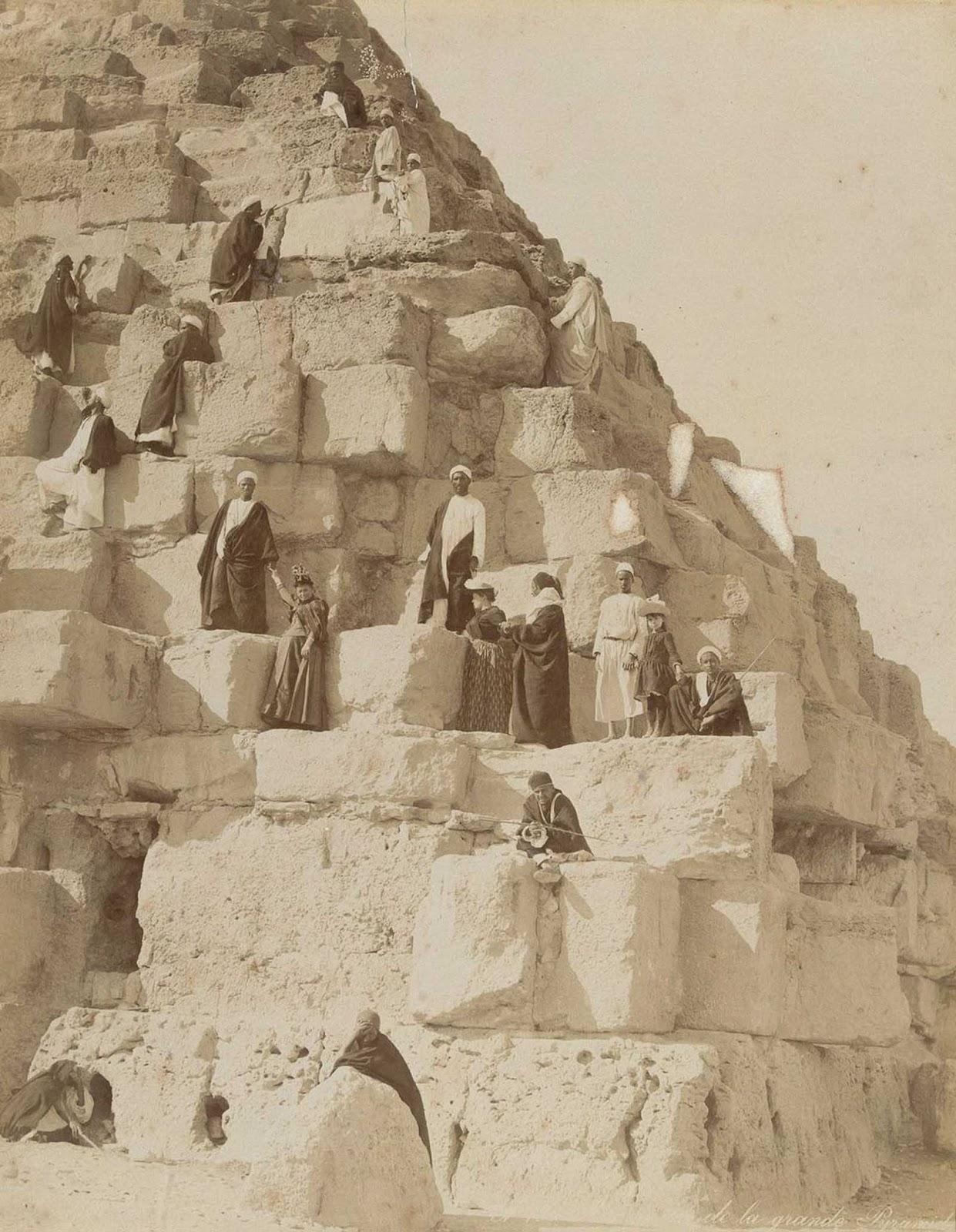 Turistas nas pirâmides
