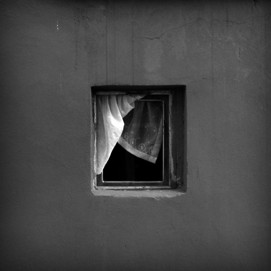 Cortina presa na janela