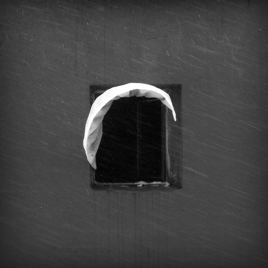 Janela e cortina esvoaçante