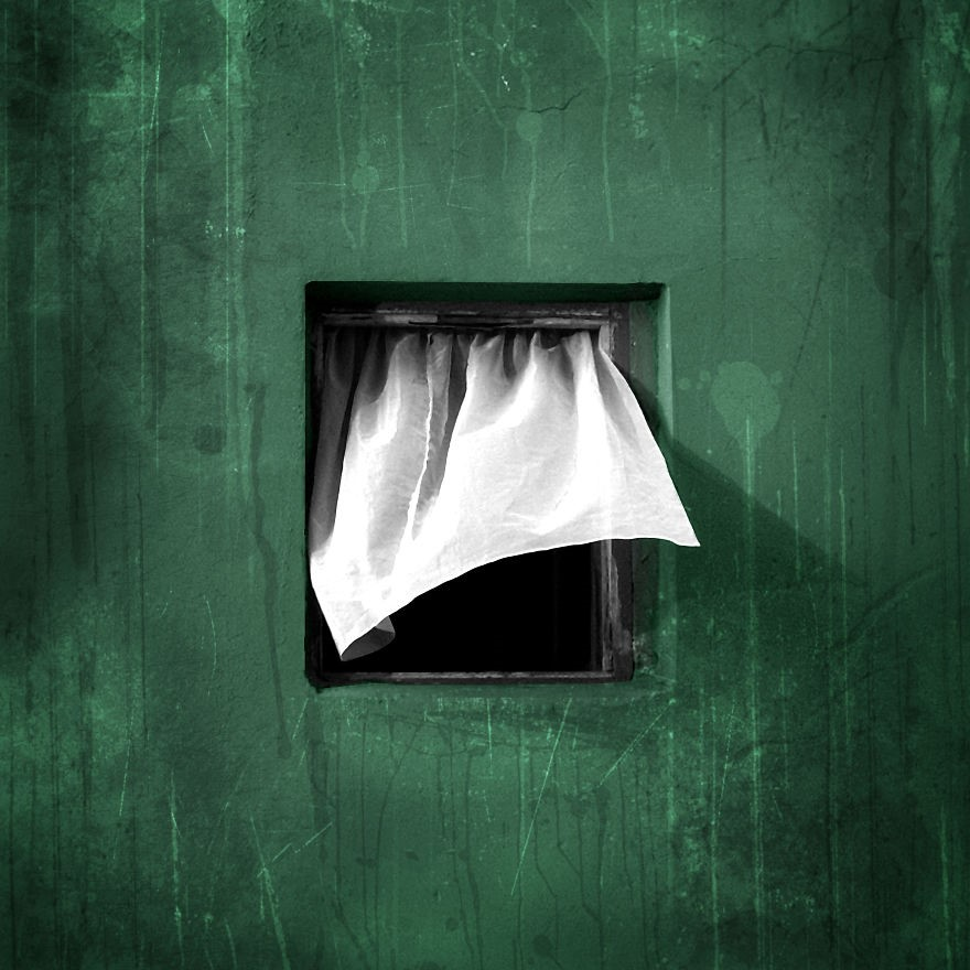 Janela em parede verde