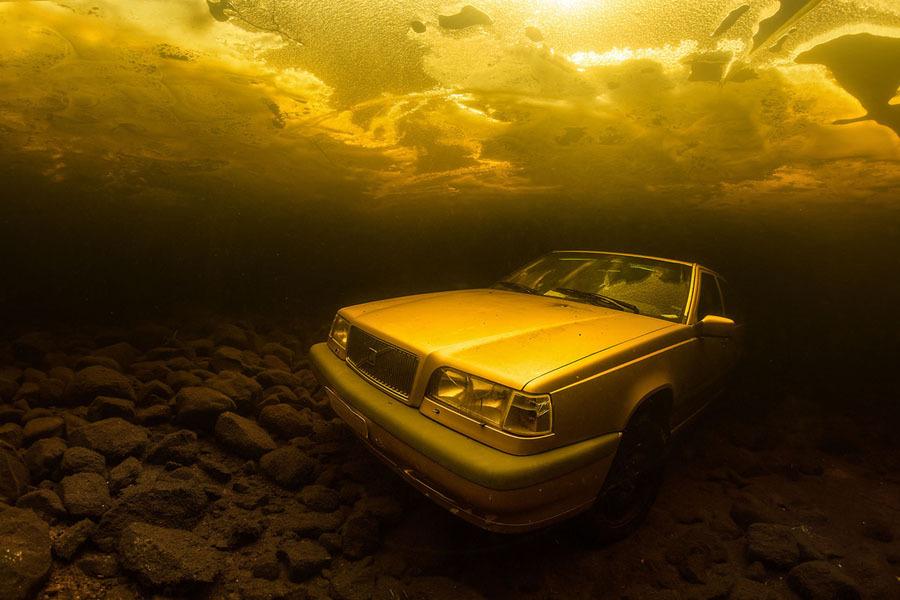 Carro no fundo do mar
