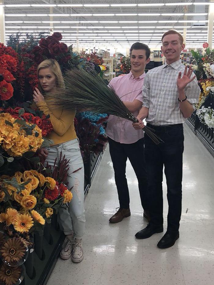 Pessoas em uma floricultura.