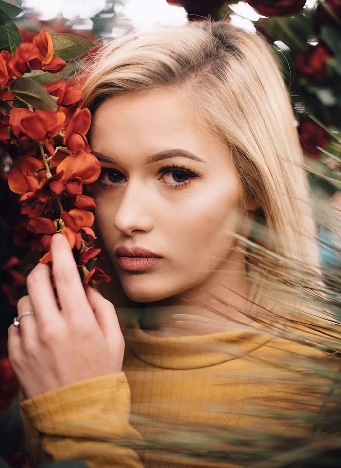 Uma mulher com flores.