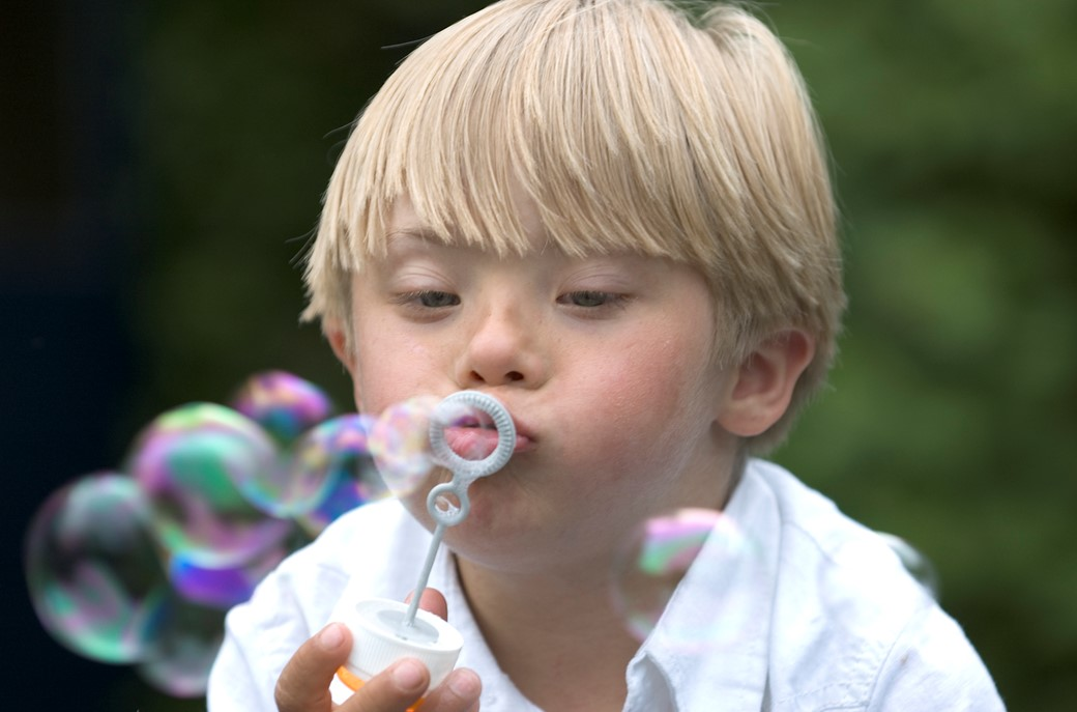 Menino soprando bolhas