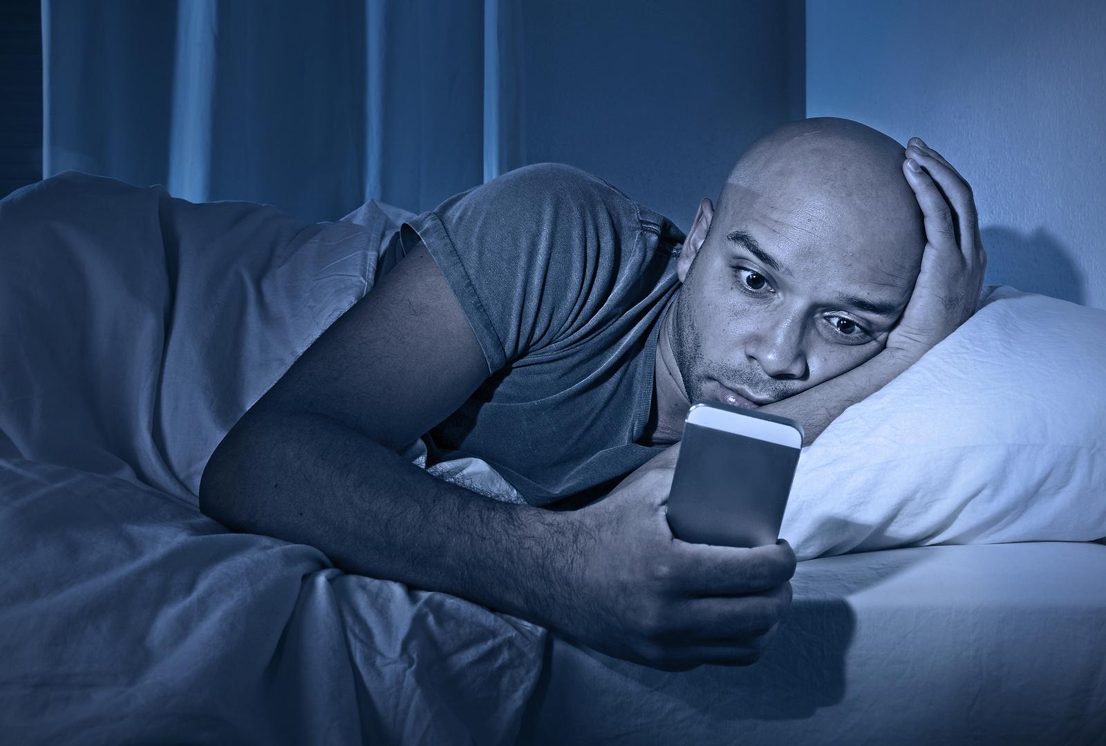 Um homem olhando o celular.