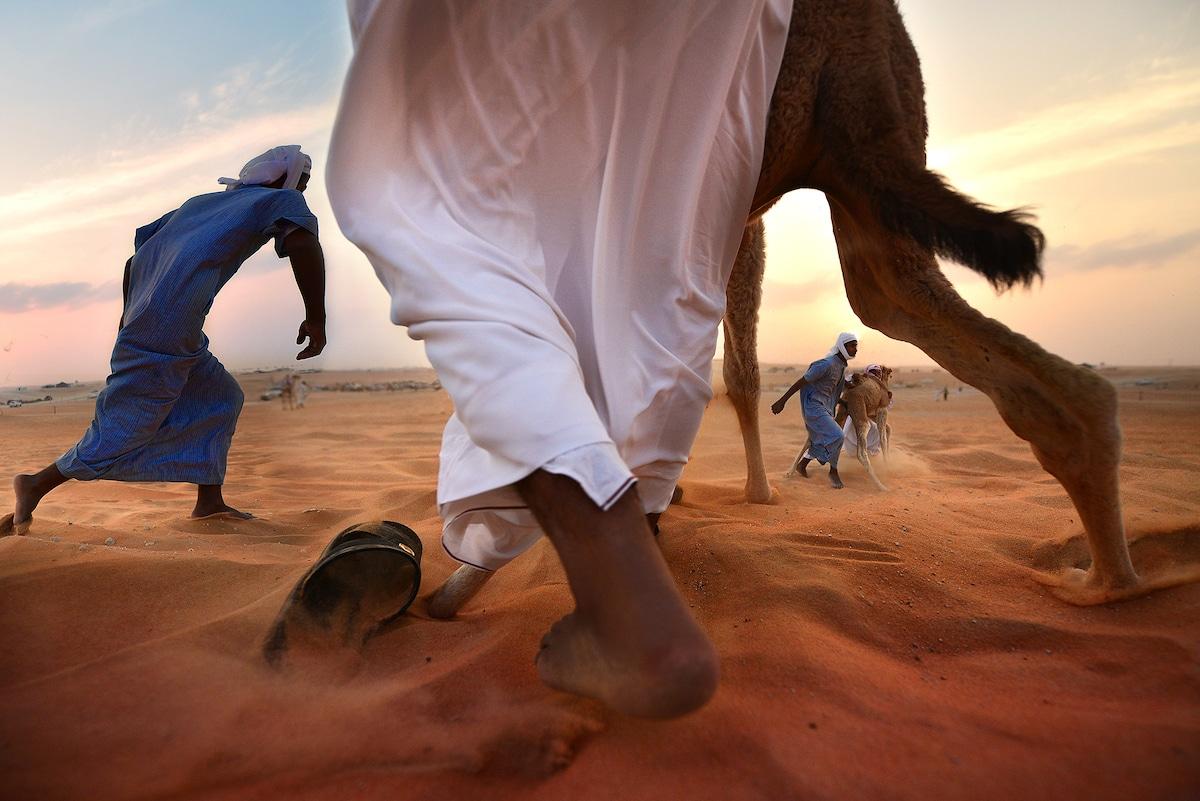 Homens jogando na areia