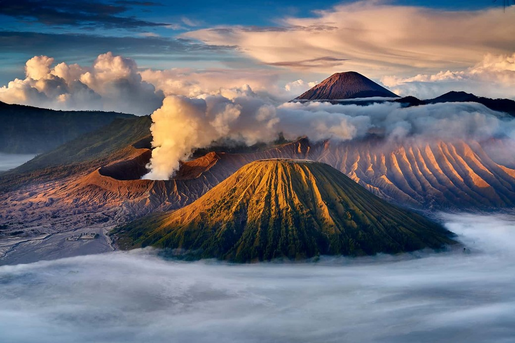 Vulcão entre nuvens