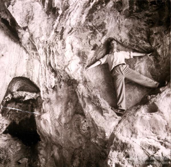 Otto em uma caverna