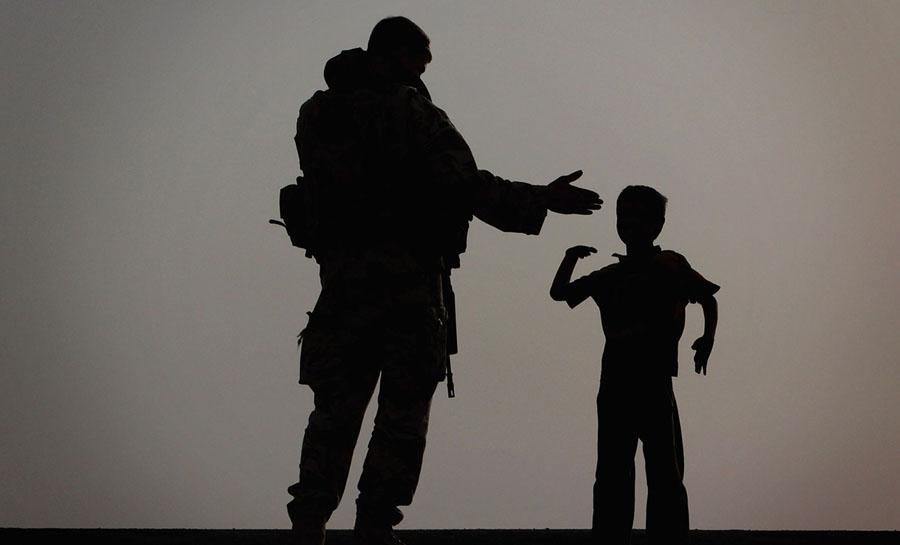 Militar americano com menino