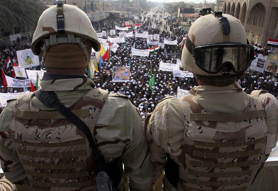 Militares vendo protesto