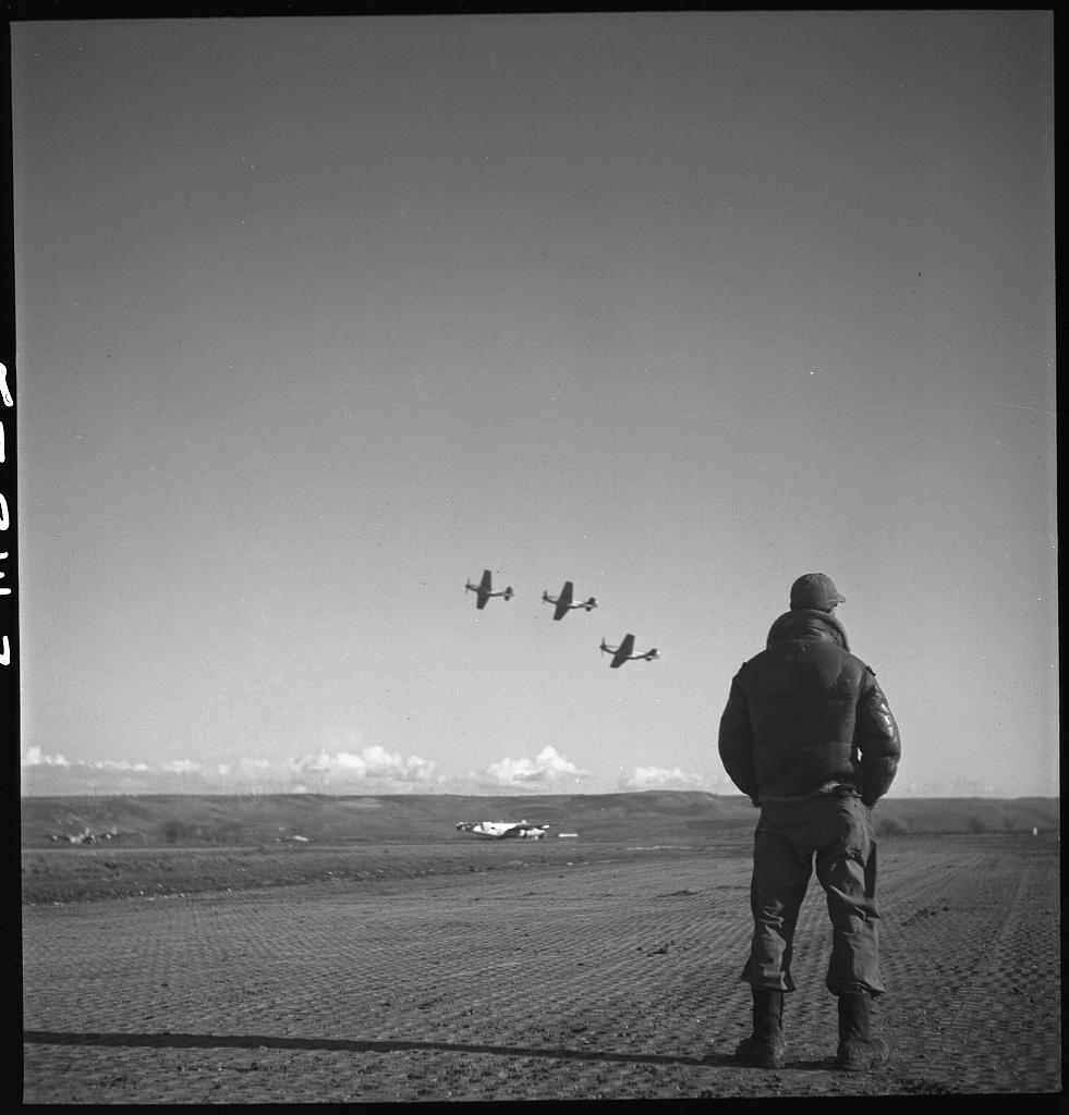 Piloto observando aviões