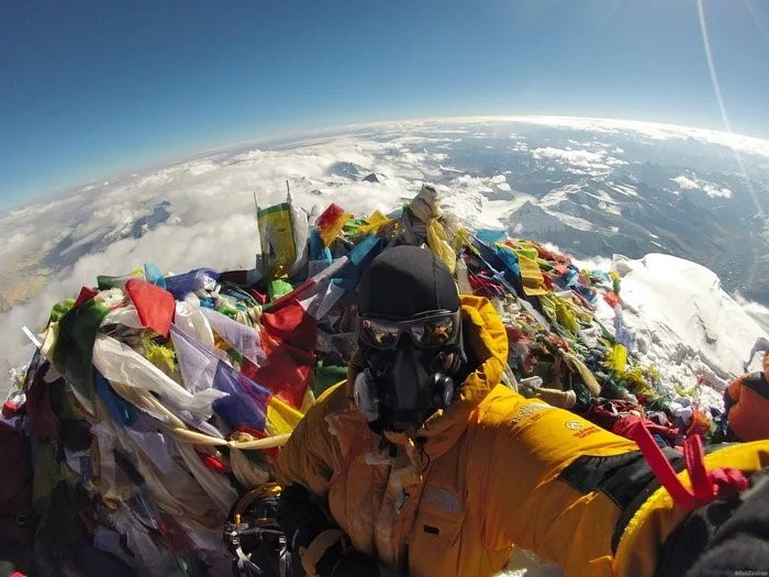 Alpinista no cume do Everest