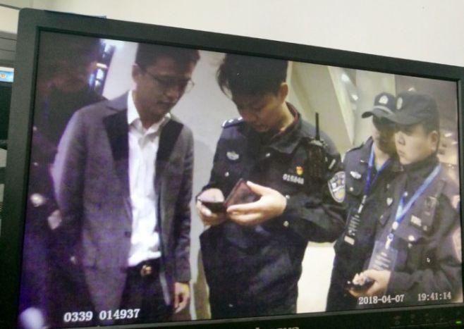 55441a5d2def1 Homem é preso na China após ser identificado por detecção facial do ...