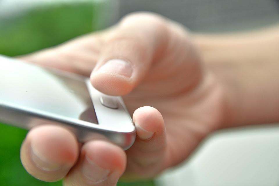 Polícia nos EUA invadiu velório para destravar celular com o dedo do morto