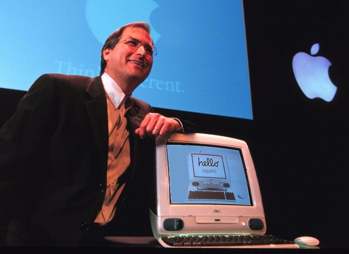 Steve Jobs ao lado de um Mac.