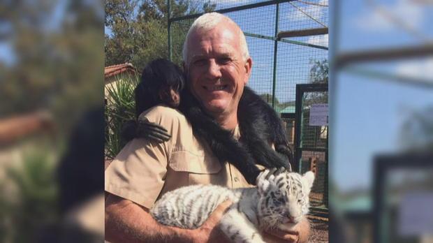 Homem com filhote de tigre