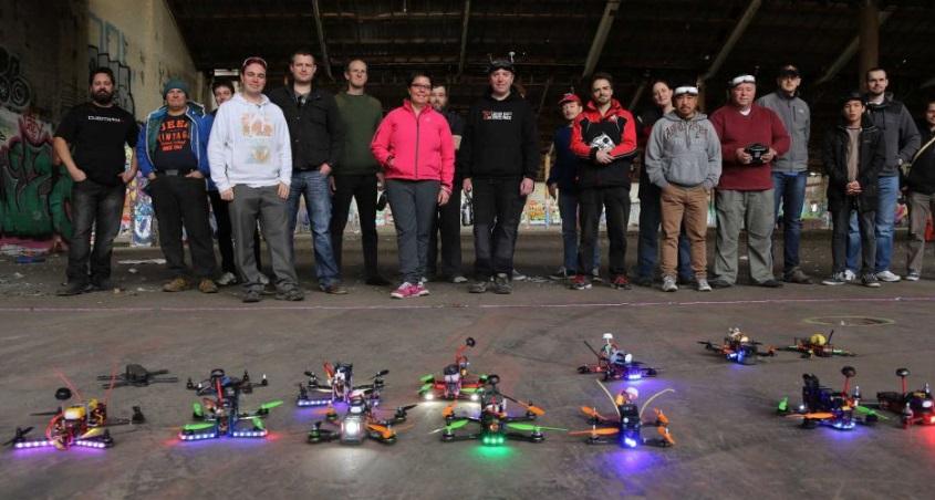 Pessoas e drones.