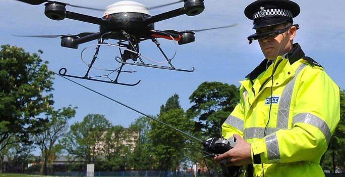 Um policial pilotando um drone