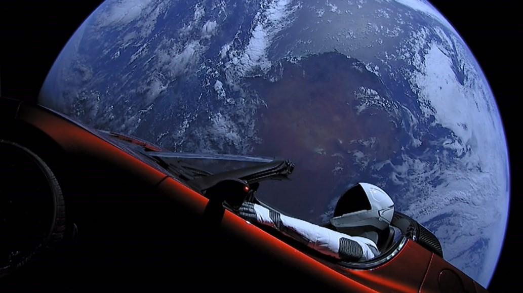 Um carro e um planeta.