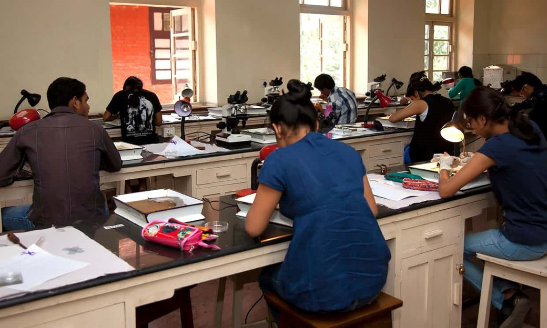 Estudantes em sala de aula