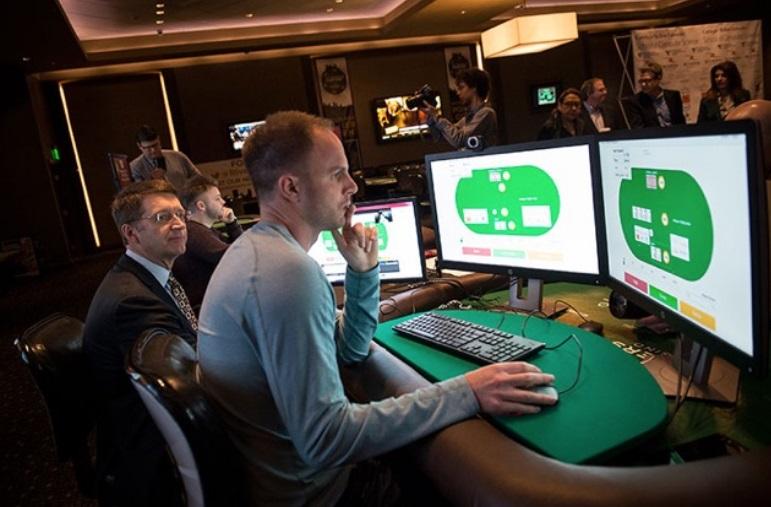Um homem usando um computador.
