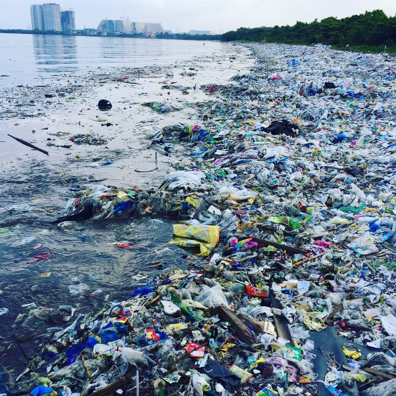 Plástico poluindo praia