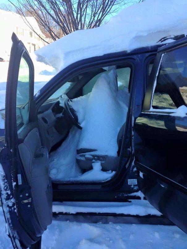 Carro cheio de neve