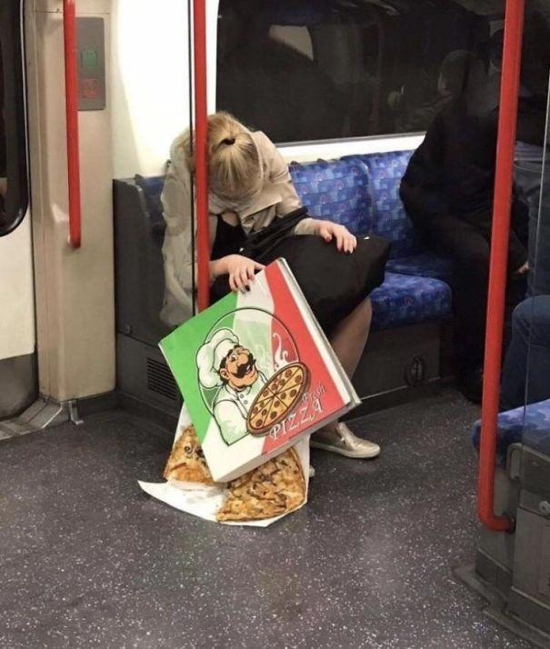 Dorminhoca no metrô