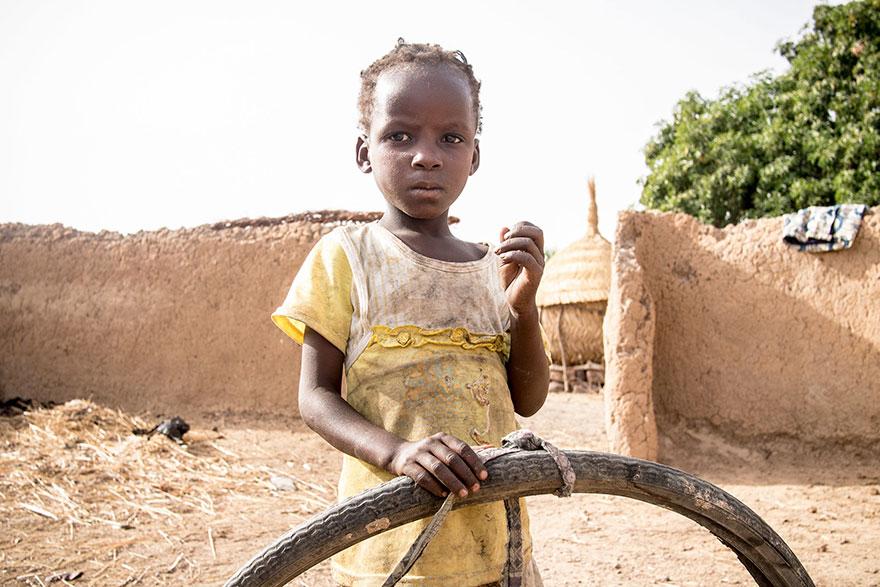 Criança com pneu velho