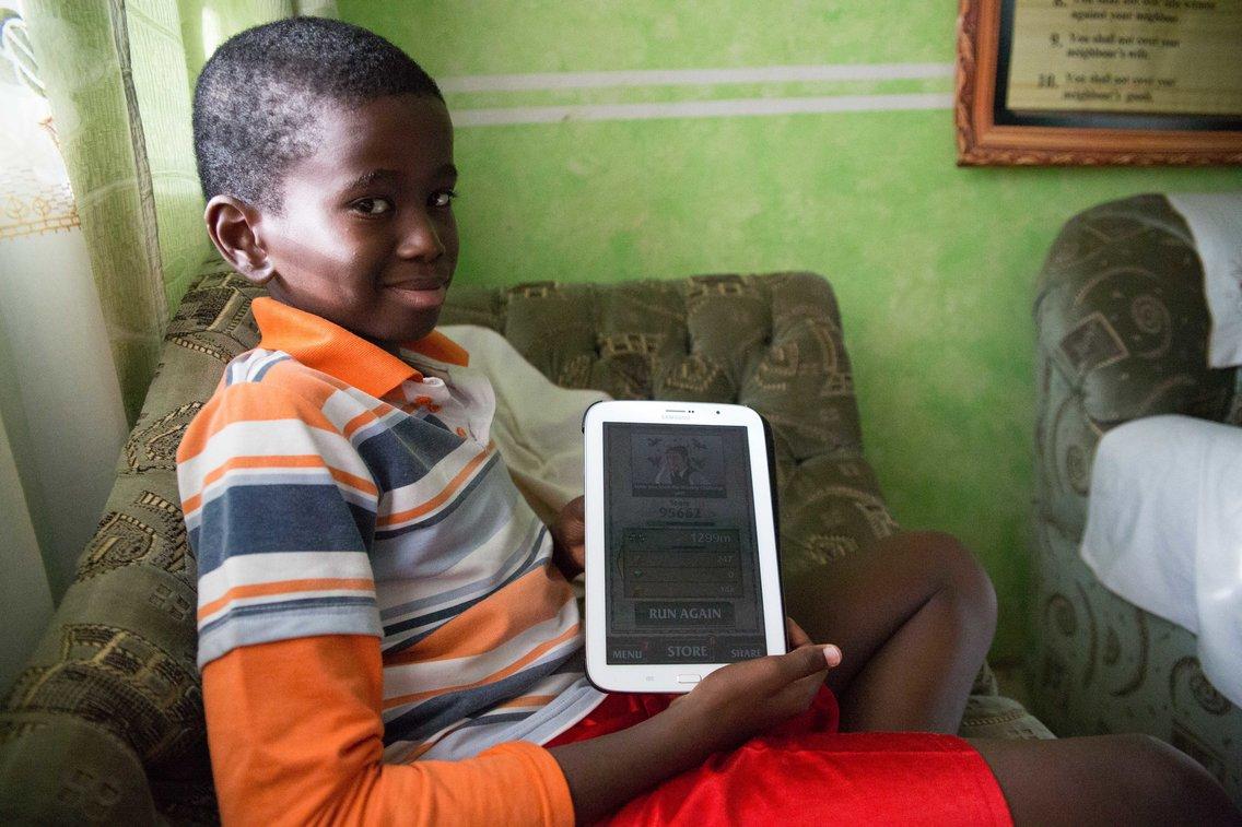 Garoto com tablet
