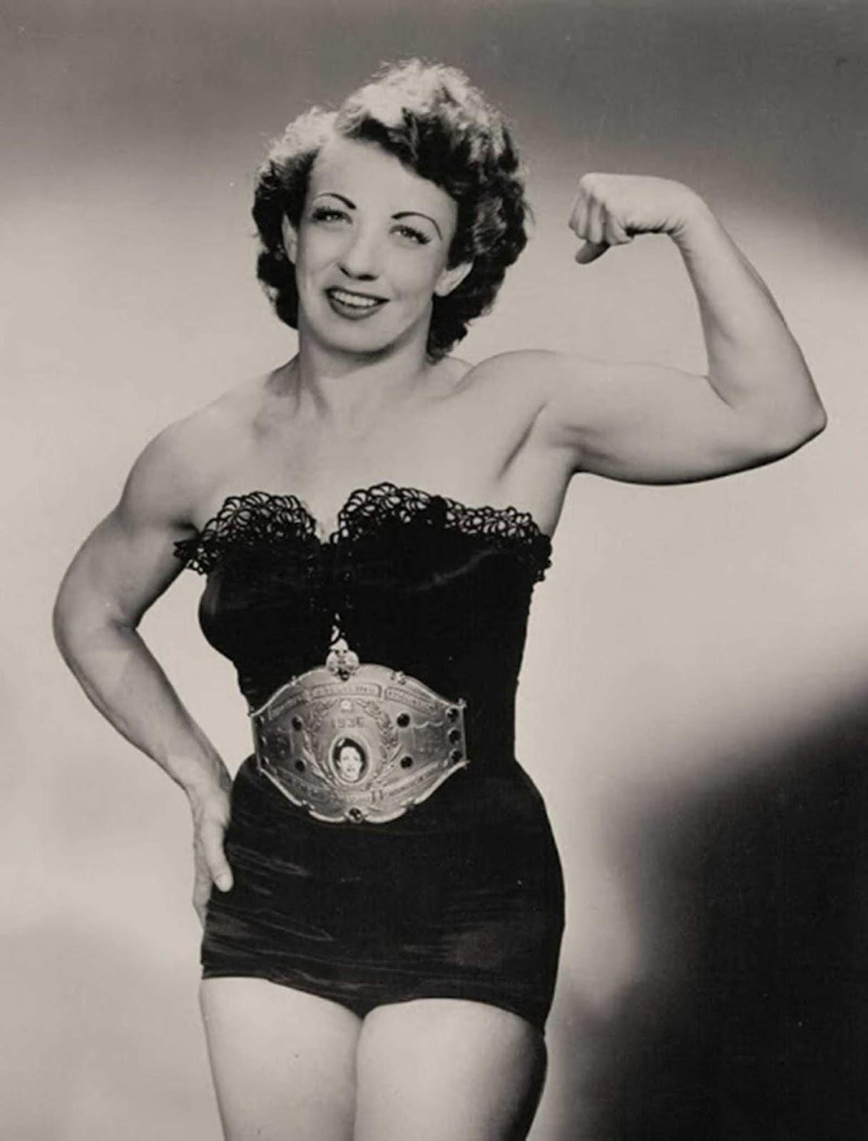 Mulher exibindo músculos