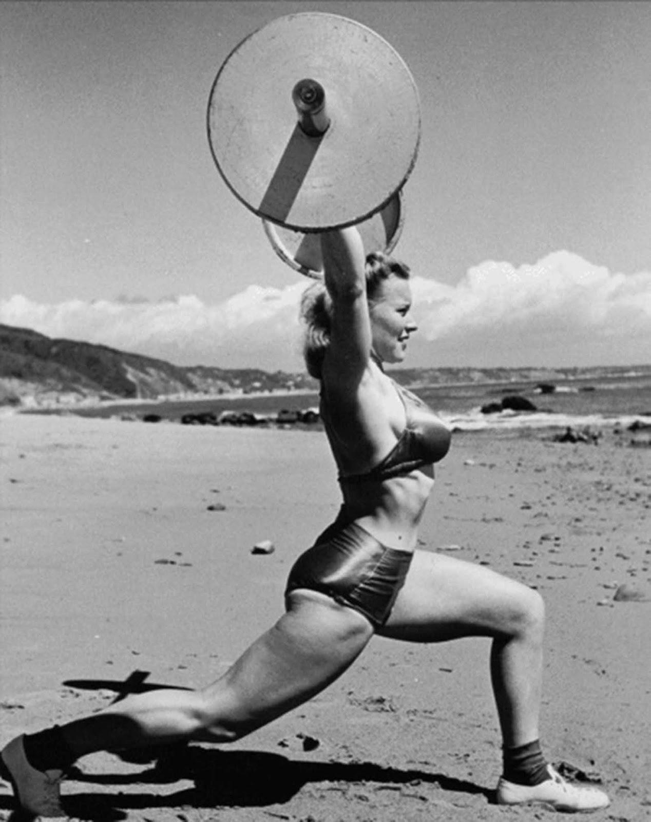 Mulher treinando em praia