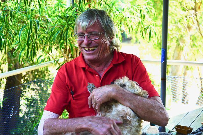 Homem com cachorro no colo