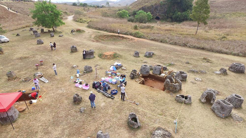 Cientistas escavando sítio