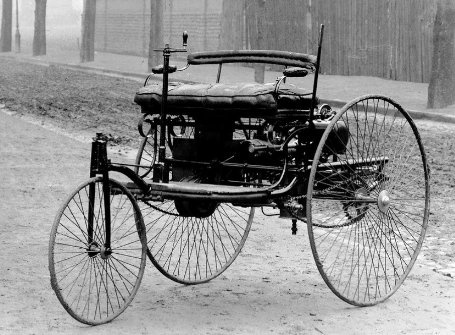 Um automóvel antigo.