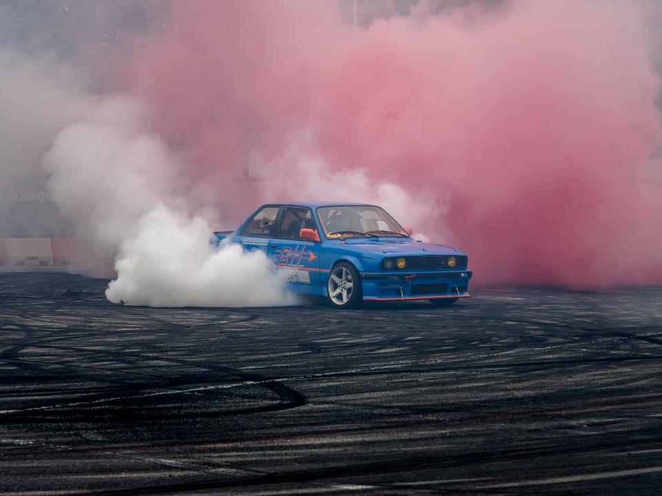 Carro queimando pneu