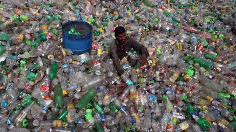 Homem em um mar de plástico