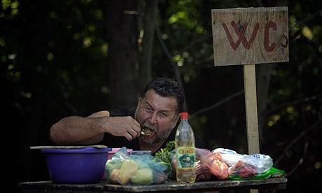 Homem comendo algo estranho