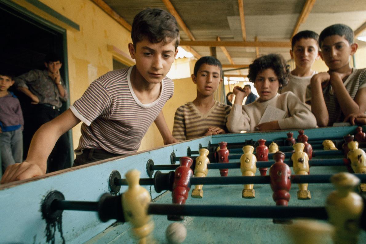 Refugiados brincando no Líbano