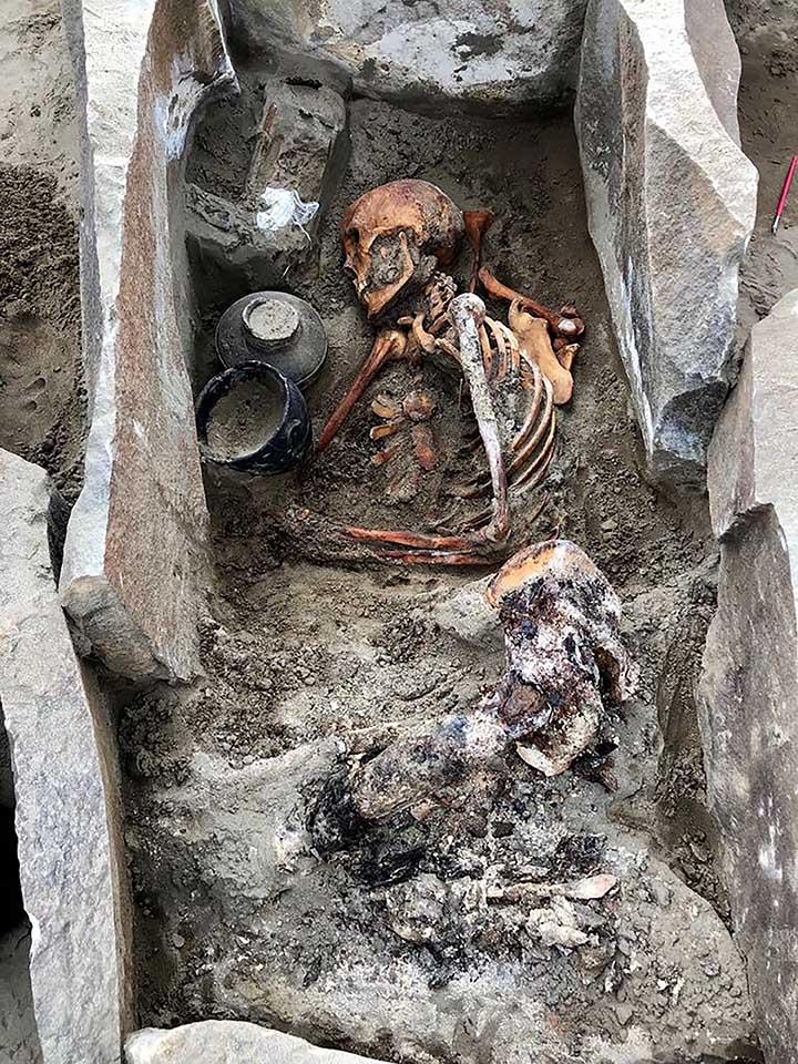 Esqueleto em caixão de pedra