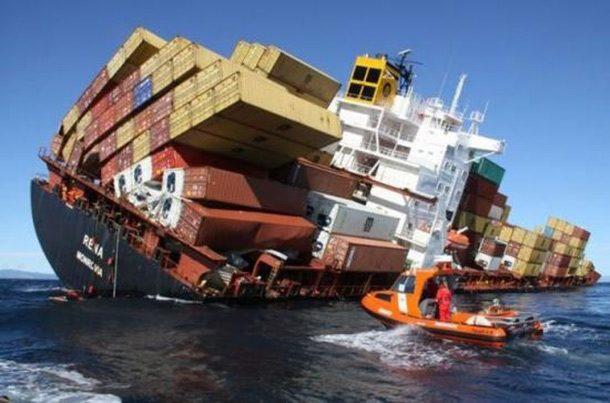 Carga tombando em navio