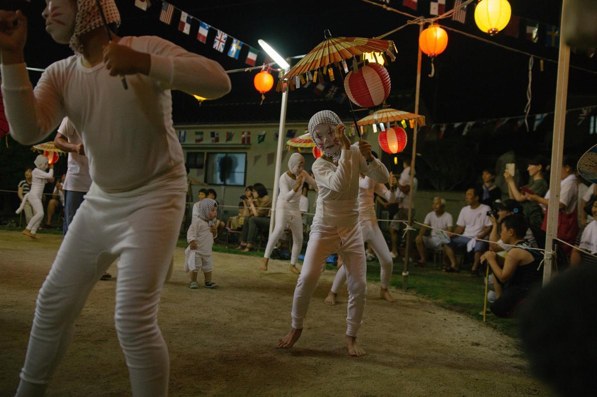 Crianças dançando em festival