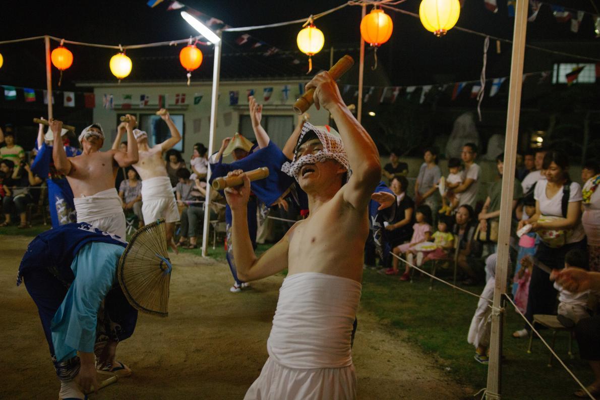 Pessoas dançando em ritual