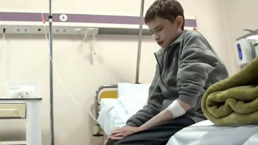 Rapaz com síndrome rara