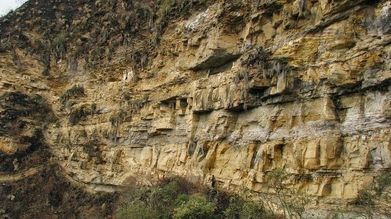 Sarcófagos em paredão de pedra