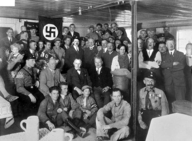 Hitler posando com nazistas