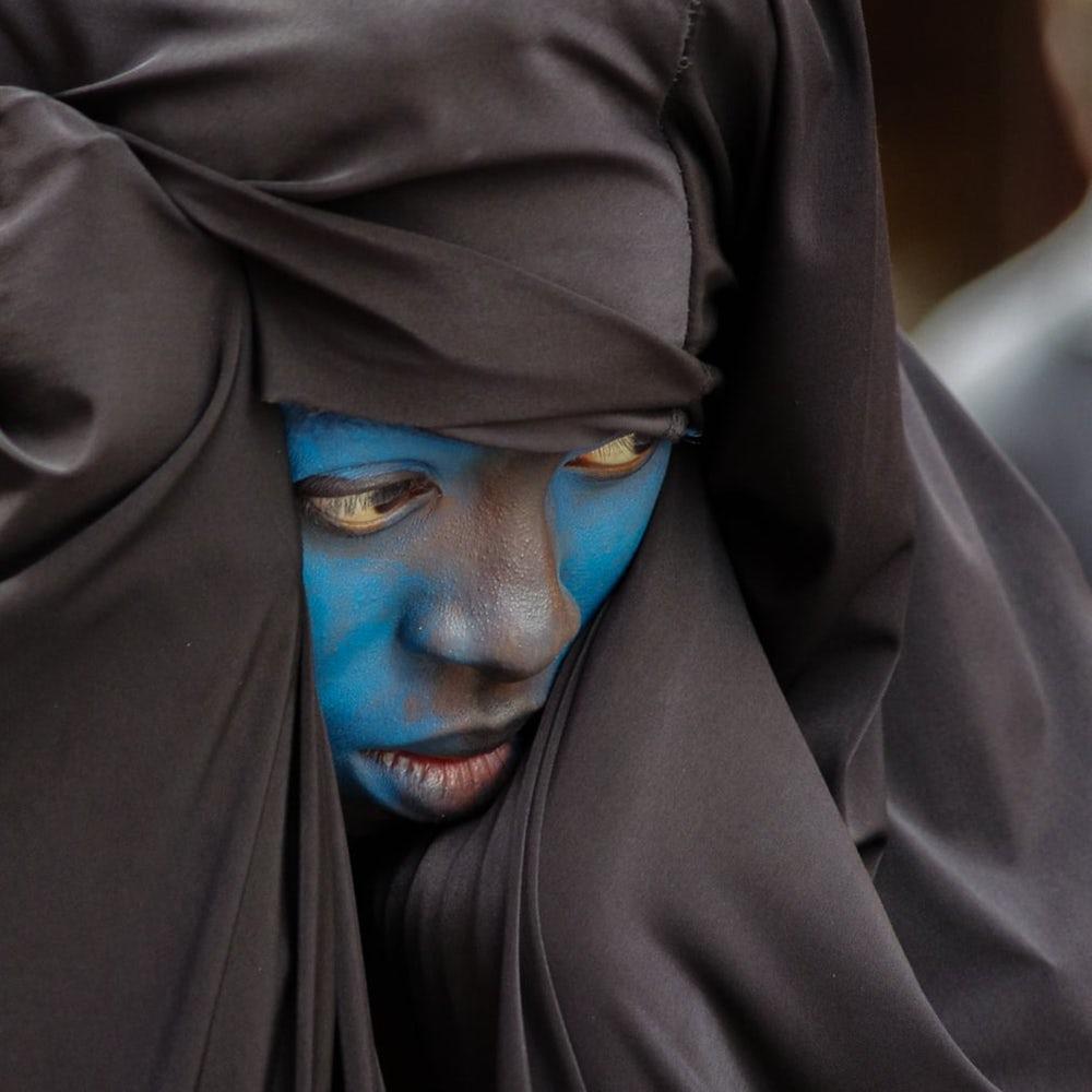 Pessoa com o rosto azul