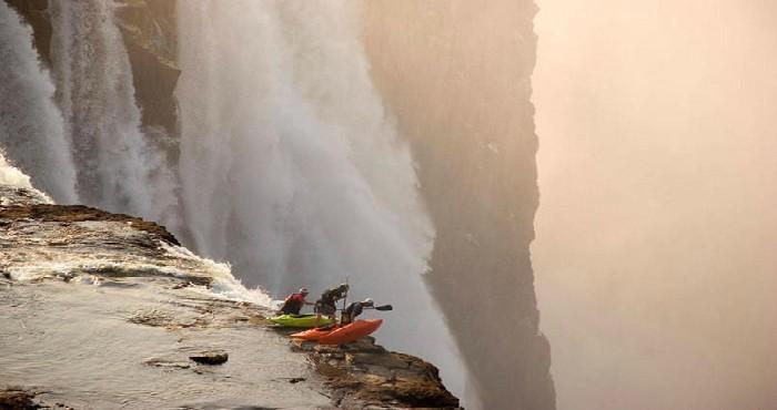 Pessoas em cachoeira