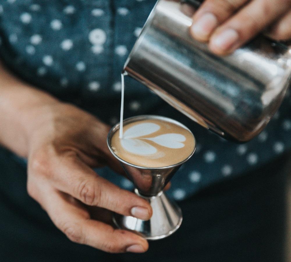 Preparando um café
